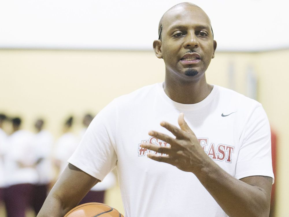 """KINFAY MOROTI/THE NEWS-PRESS… Anfernee """"Penny"""" Hardaway, retired NBA veteran and coach of the Memphis East High basketball team, leads practice Saturday at the Fort Myers YMCA in preparing to play in the City of Palms Classic."""