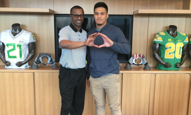 Isaac Slade-Matautia on his official visit to Oregon (Photo: Twitter)