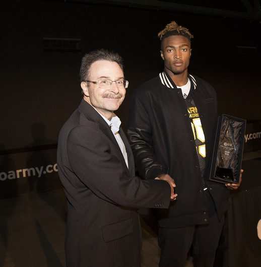 Jim Halley of USA TODAY Sports presents Shaun Wade with the ALL-USA Defensive Player of the Year award (Photo: AAG)