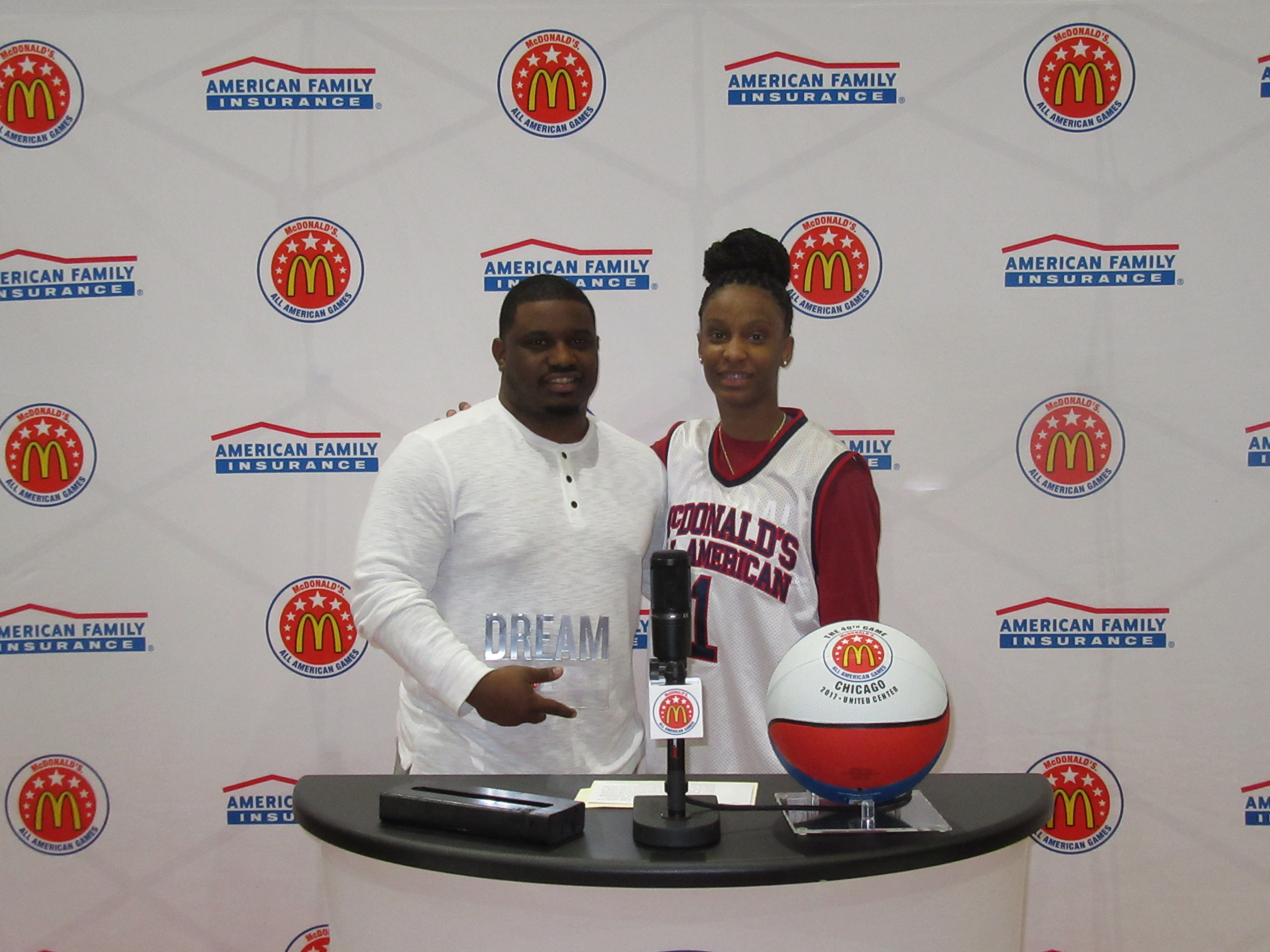 Kiana Williams presented Chancy Campbell with the Dream Champion Award. (Photo: McDAAG)