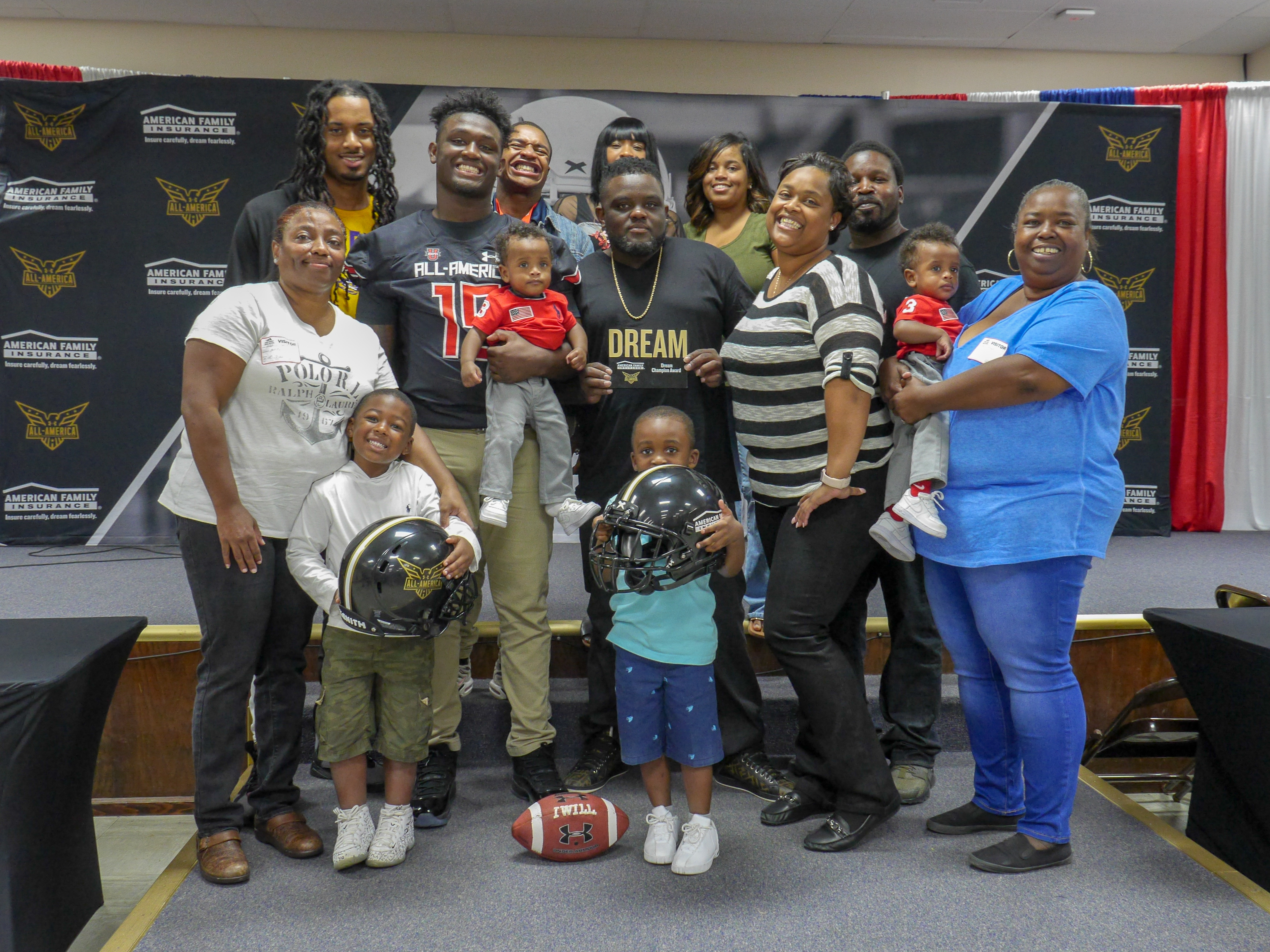 Donte' Starks with his family on the day he receives his Under Armour All-America Game jersey. Photo: Intersport